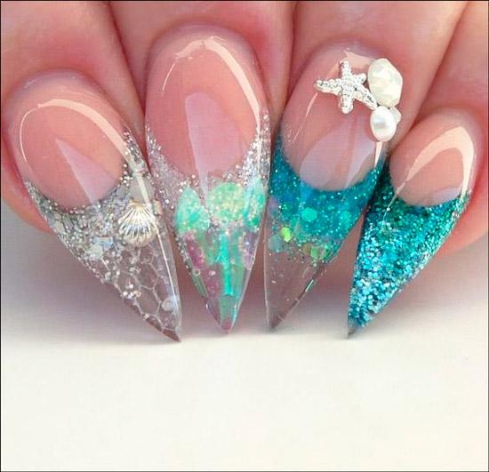 Голубой маникюр с блестками на длинных острых ногтях