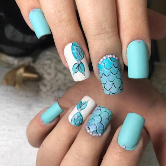 Голубой маникюр с принтом и стразами на длинных квадратных ногтях