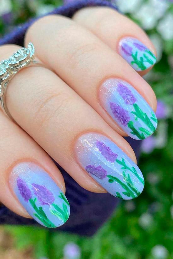 Голубой маникюр с цветочным принтом на овальных ногтях