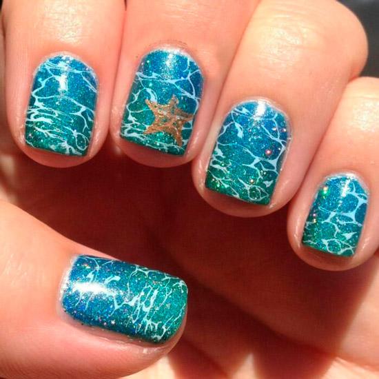 Голубой морской маникюр с рисунком на коротких квадратных ногтях