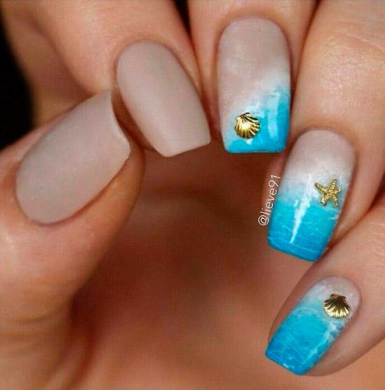 Голубой морской маникюр с золотыми украшениями на квадратных ногтях средней длины