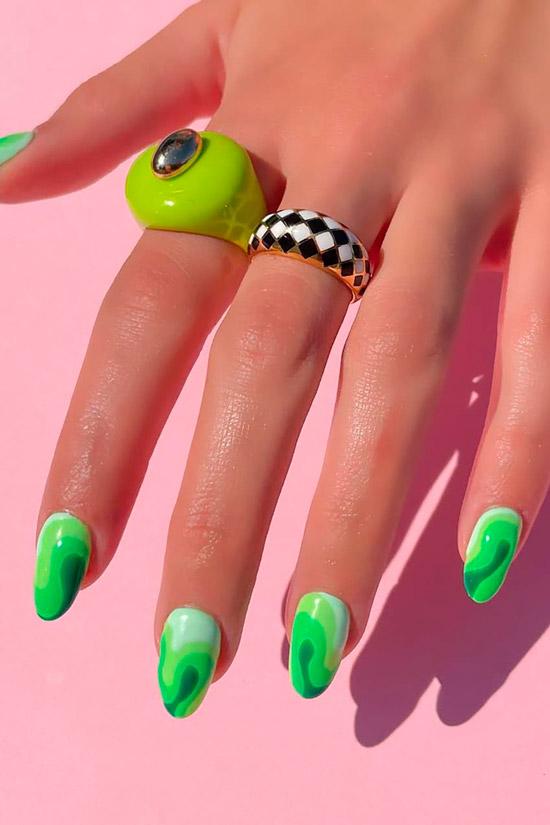 Градиентный маникюр зеленого цвета на овальных ногтях