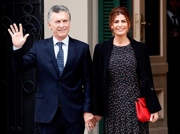Хулиана Авада в черном платье с принтом и строгом жакете со своим мужем на деловой встрече