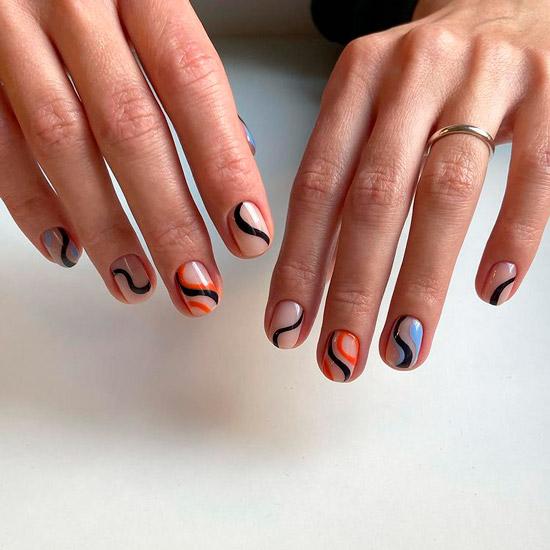 Интересный маникюр с разноцветными линиями на коротких натуральных ногтях