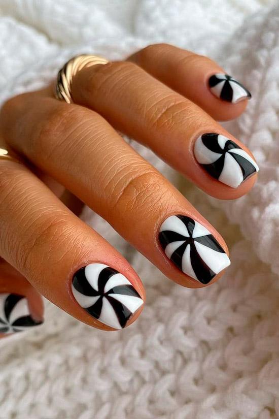 Интересный черно белый маникюр на квадратных ногтях средней длины