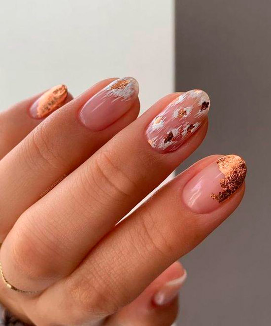Интересный маникюр с блестами на овальных натуральных ногтях