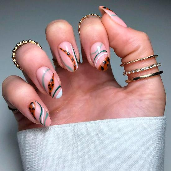 Интересный маникюр с зелеными полосами и леопардовым принтом на овальных ногтях средней длины