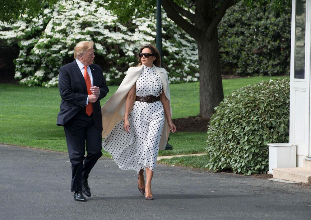 Мелания Трамп в белом платье украшенном горошком