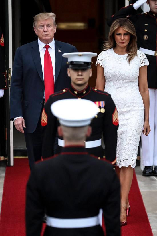 Мелания Трамп в кружевном платье миди