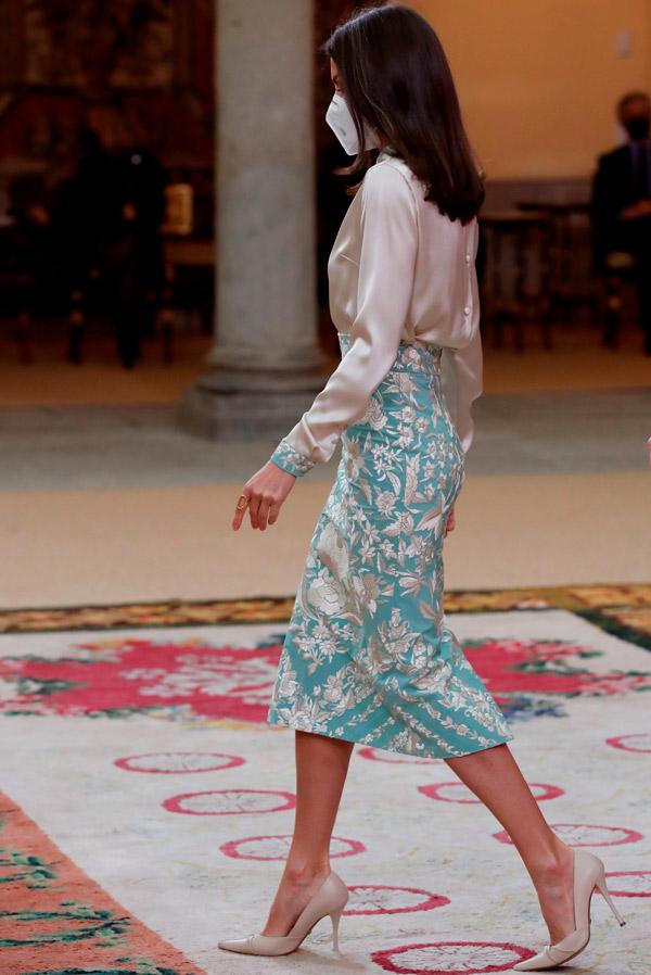 Королева Летиция в юбке карандаш и блузе