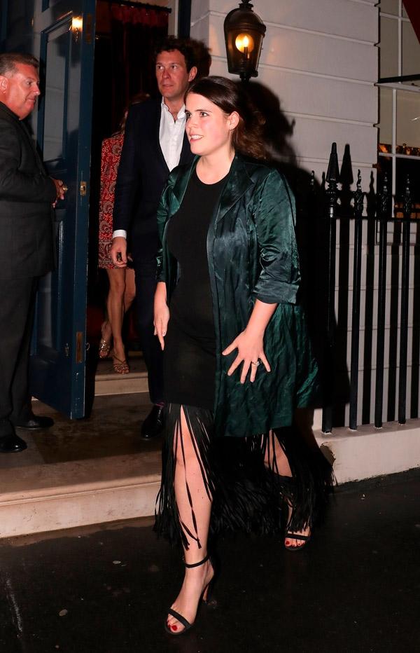 Принцесса Евгения в платье с бахромой и изумрудной куртке