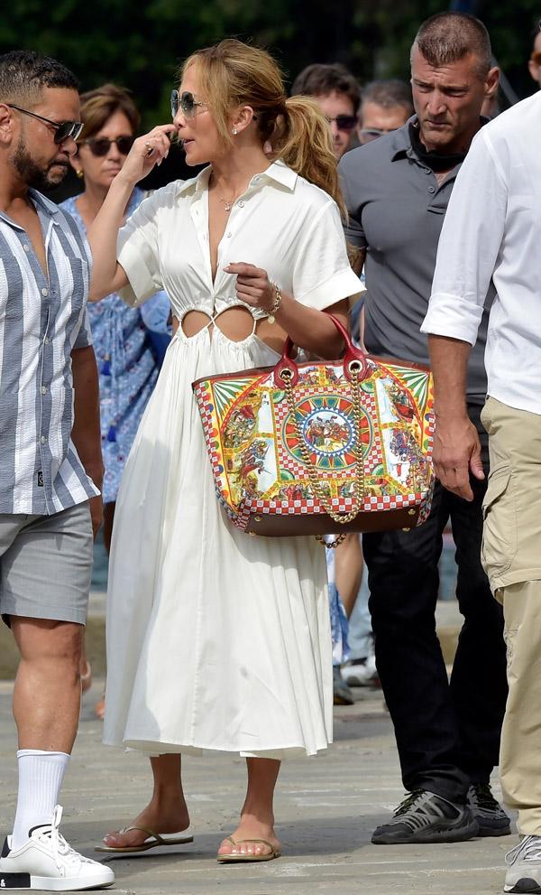 Дженнифер Лопес в струящемся летнем платье с вырезом