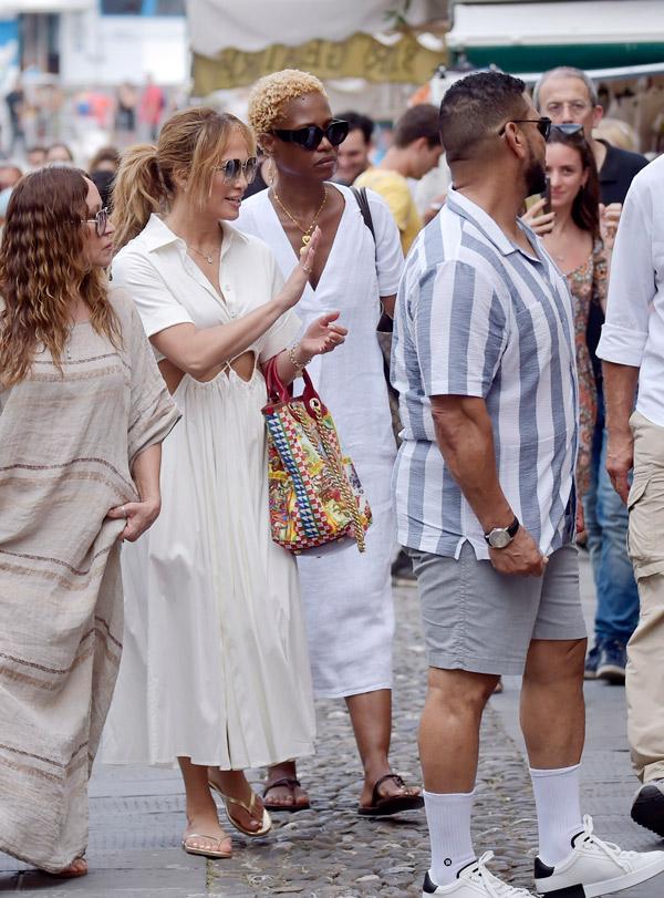Дженнифер Лопес в легком платье и шлепанцах