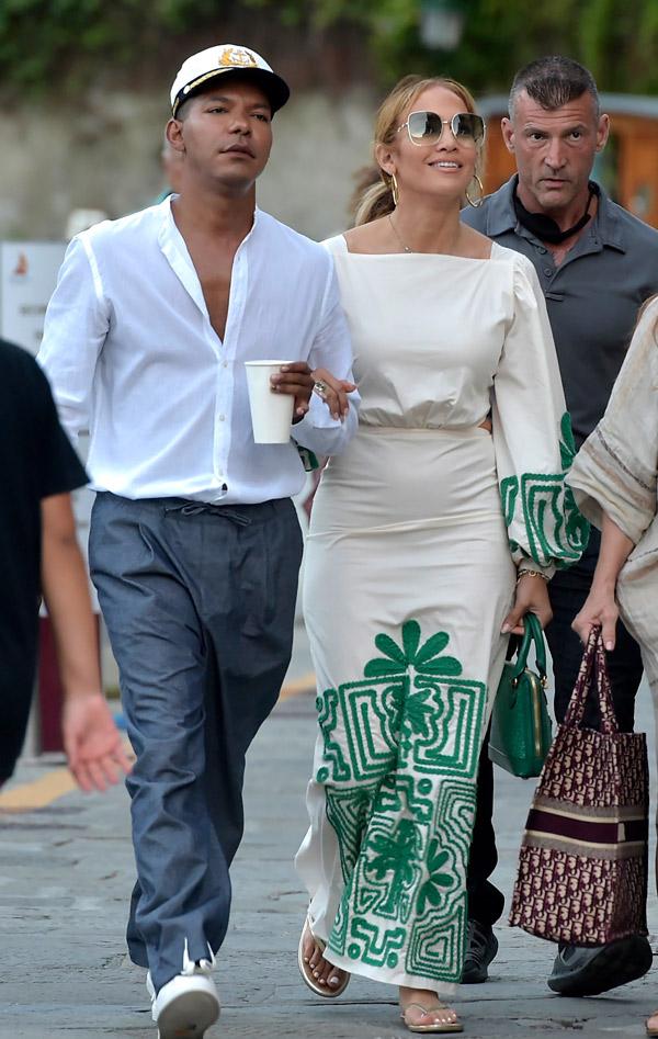 Дженнифер Лопес в платье с вышивкой
