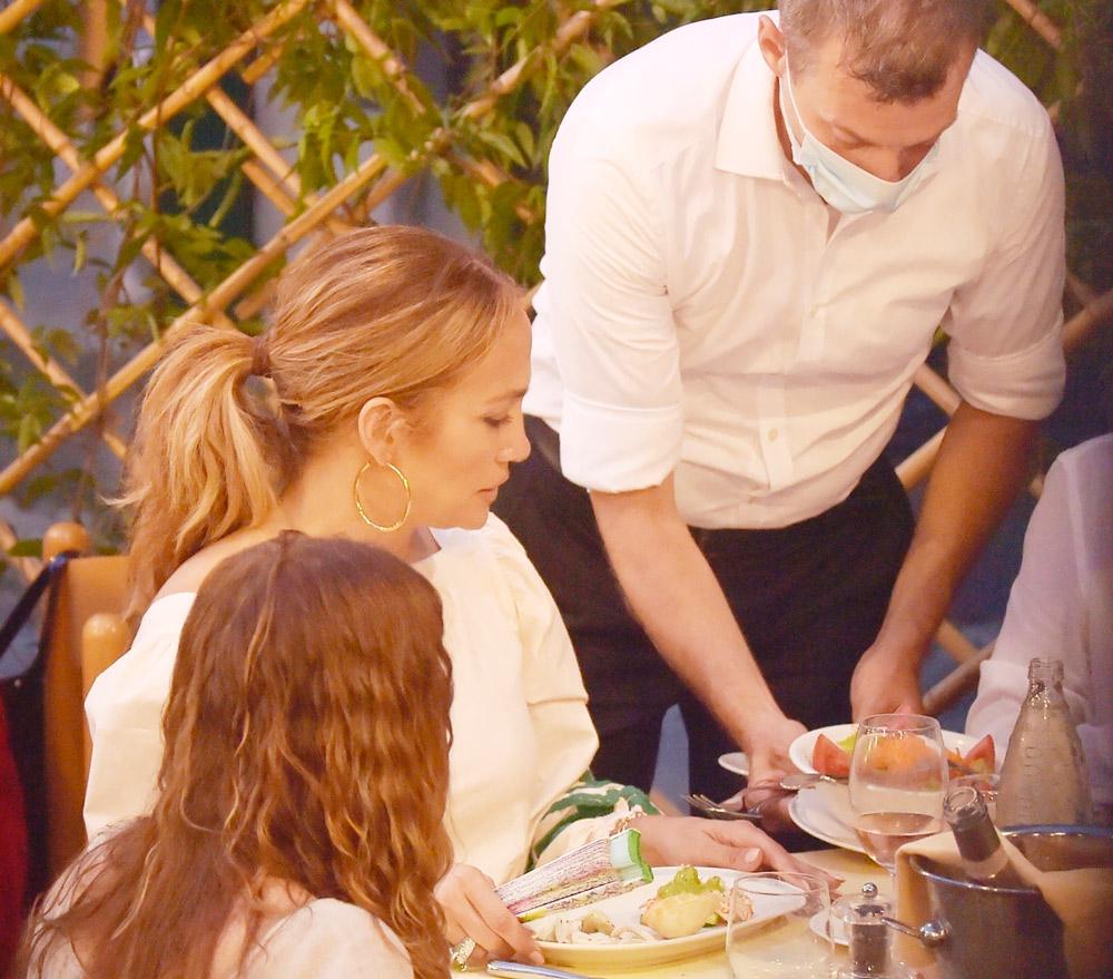 Дженнифер Лопес во время ужина в Италии