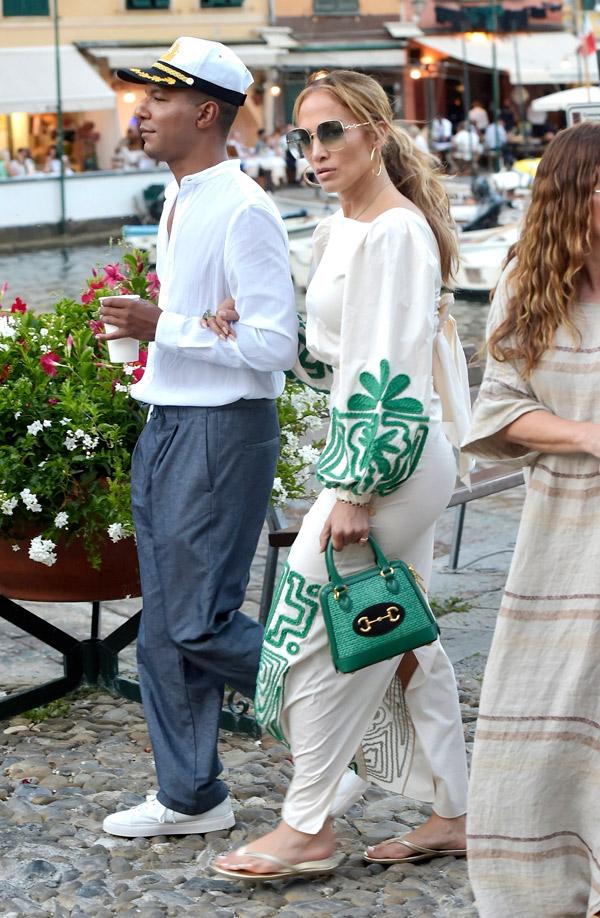 Дженнифер Лопес в кремовом платье и изумрудной сумочкой