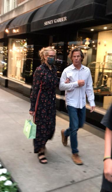 Джулия Робертс в длинном платье и сандалиях