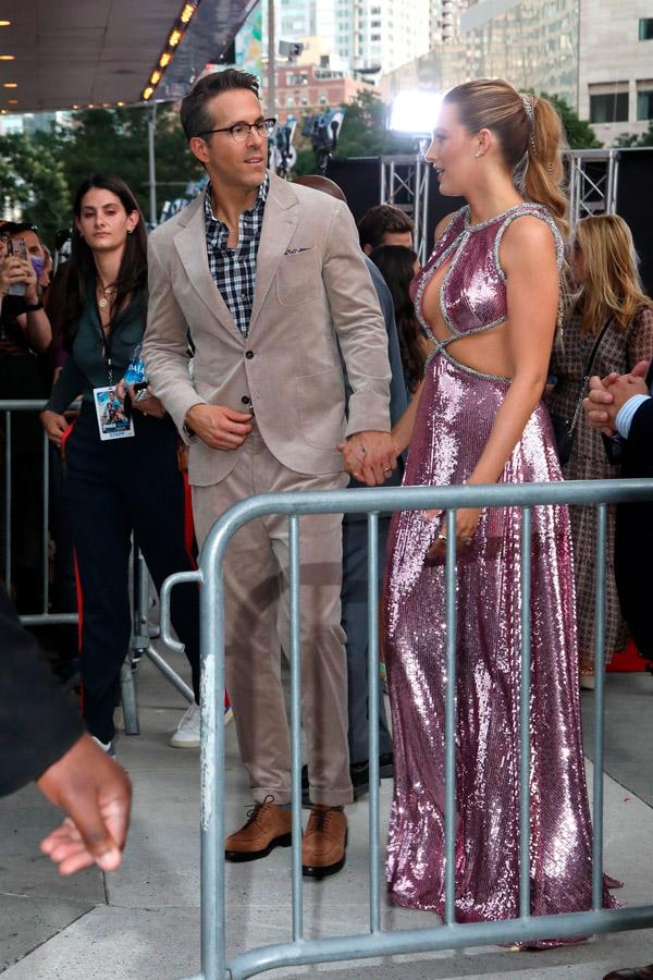 Блейк Лайвли в платье с драматическими вырезами