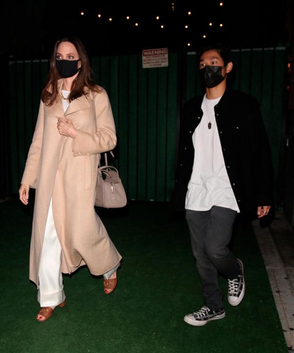 Анджелина Джоли в белых брюках и пальто