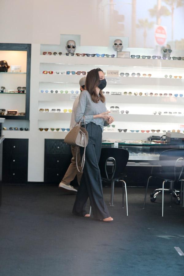 Анджелина Джоли в сером джемпере и брюках