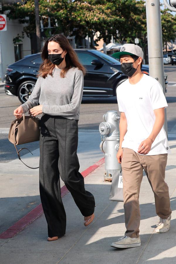 Анджелина Джоли в туфлях, брюках и джемпере