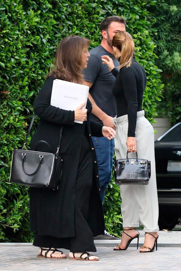 Дженнифер Лопес в свободных брюках и модной обуви