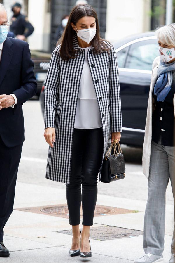 Королева Летиция в кожаных брюках и пальто