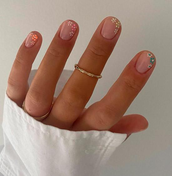 Мелкий цветочный маникюр на коротких натуральных ногтях