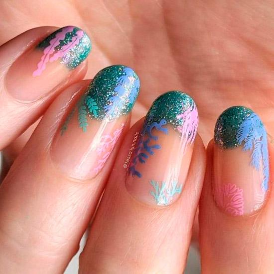 Морской голубой маникюр на овальных ногтях средней длины