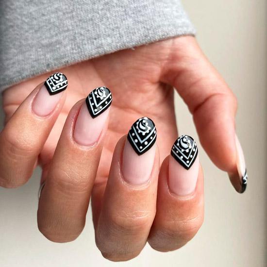 Необычный черный френч с белыми узорами на овальных ногтях