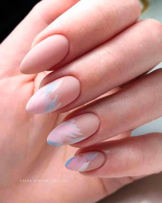 Нежный маникюр в пастельных оттенках на миндальных ногтях