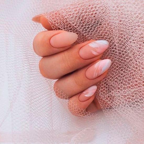 Нежный матовый маникюр на миндальных ногтях