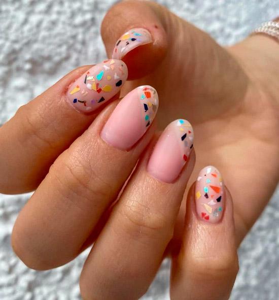 Маникюр с разноцветной мозаикой на овальных ногтях