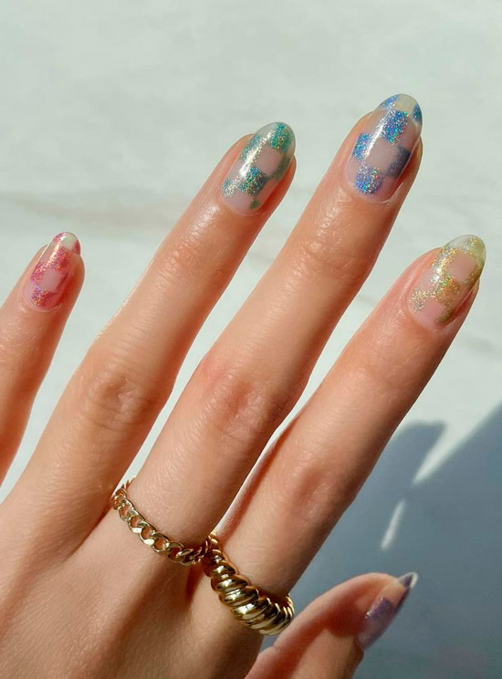 Разноцветные блестки на овальных ногтях
