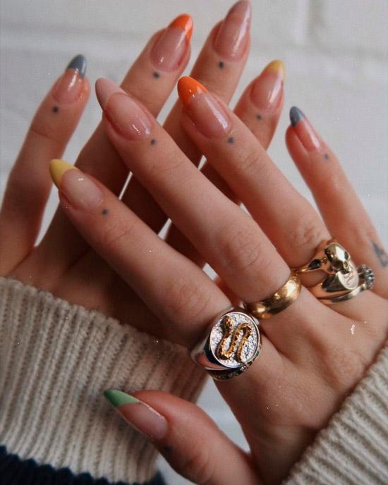 Разноцветный френч на длинных миндлевидных ногтях