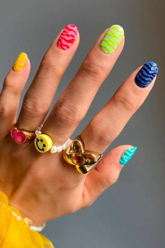 Разноцветный неоновый маникюр на овальных ногтях