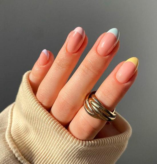 Разноцветный пастельный френч на овальных натуральных ногтях средней длины