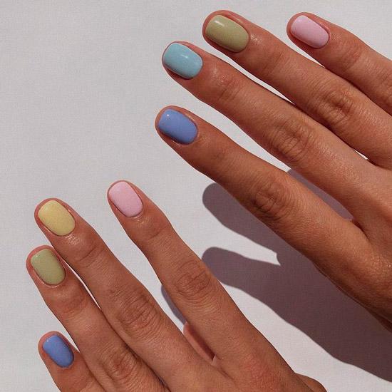 Разноцветный пастельный маникюр на коротких ногтях