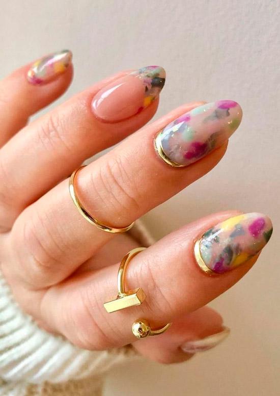 Шикарный мраморный маникюр на овальных ногтях