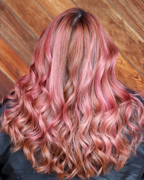 Светлые розовые волосы с локонами средней длины