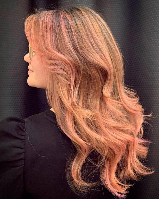 Светлые волосы с розовым оттенком