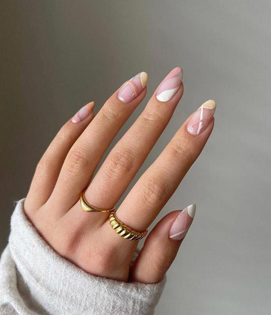 Светлый абстрактный маникюр на миндальных ногтях