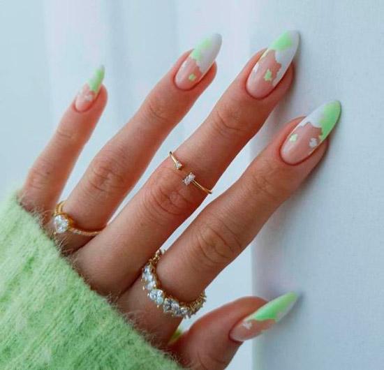Светлый френч на длинных миндальных ногтях