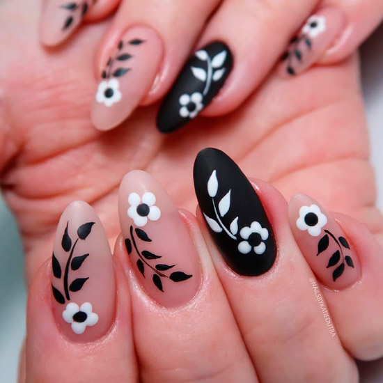 Цветочный черно белый маникюр с матовым покрытием на длинных овальных ногтях
