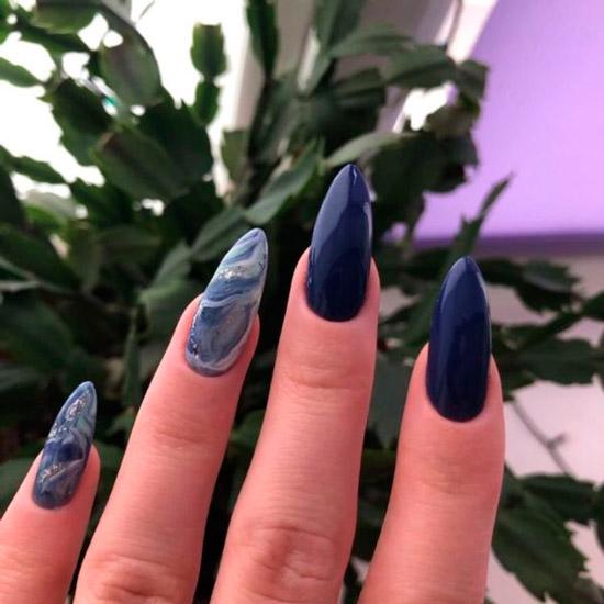 Темный морской маникюр на длинных ногтях