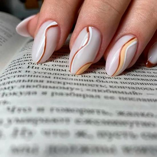 Жемчужный маникюр с волнистыми линиями на миндальных ногтях