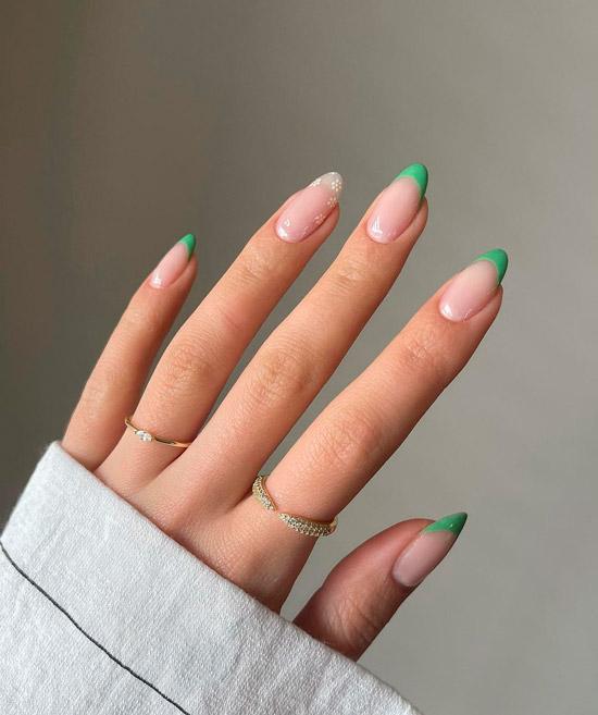 Зеленый френч с белыми ромашками на овальных ногтях