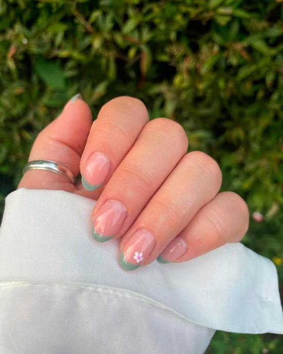 Зеленый френч с цветочком на овальных натуральных ногтях