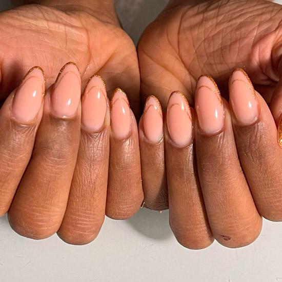 Золотой френч с блестками на овальных длинных ногтях