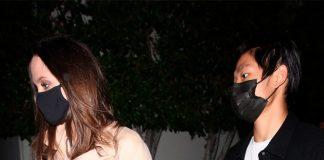 Анджелина Джоли в белых, оригинально подвернутых брюках, и шикарной прической ужинает с сыном